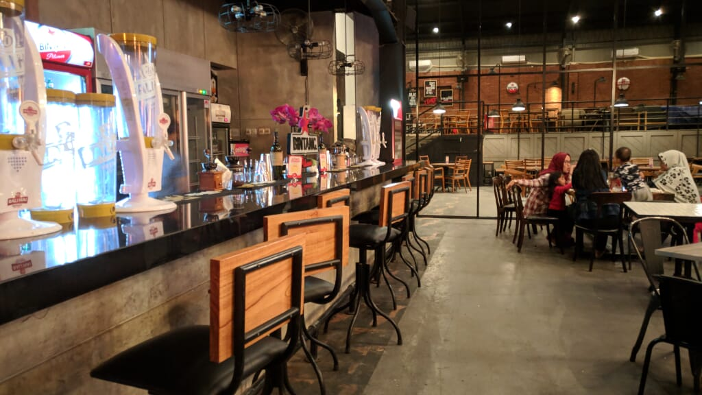 bar Kafe lot 28 semarang